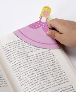 Ces marque-pages princesses seront parfaits pour garder votre page précieusement ! Voilà de quoi ajouter de la féerie et de la magie à votre lecture ! Sa matière magnétique a l'intérieur sera très pratique.