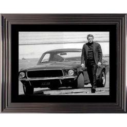 Affiche encadrée Noir et Blanc: Bullitt - Steve Mc Queen et sa Ford Mustang - 50x70 cm (Cadre Glascow)
