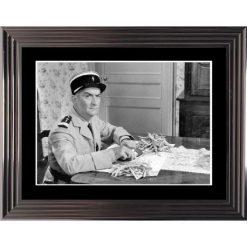 Affiche encadrée Noir et Blanc: Le Gendarme de St Tropez - De Funes en cuisine - 50x70 cm (Cadre Glascow)