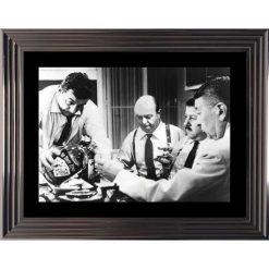 Affiche encadrée Noir et Blanc: Les Tontons Flingueurs - La bouteille de brutal - 50x70 cm (Cadre Glascow)