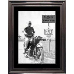 Affiche encadrée Noir et Blanc: Steve Mc Queen - La Grande Evasion - moto - 50x70 cm (Cadre Glascow)