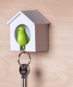 Cet accroche-clés cabane à oiseaux de couleur blanche vous permettra d'accrocher votre trousseau à un petit oiseau afin de ne jamais le perdre de vue...