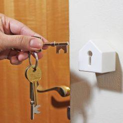 Cet accroche-clés maison au petit format très design vous aidera à retrouver vos clefs qui seront à l'abri dans cette petite maison...