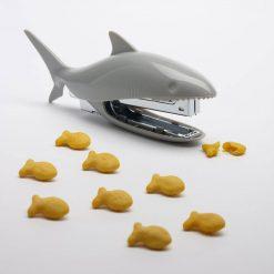 Offrez une agrafeuse requin originale et insolite à un proche ! Elle ajoutera une belle décoration utile et pratique au quotidien sur son bureau !