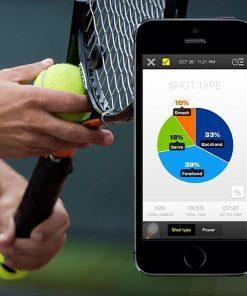 Placez l'analyseur au bout du manche de la raquette et jouez au tennis en analysant votre jeu dans les moindres détails ! L'analyseur se connecte par Bluetooth via une application gratuite sur Android et iPhone.