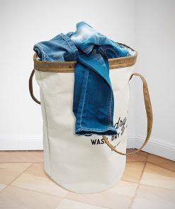Ce panier à linge sera idéal pour mettre tous vos vêtements sales de la journée à l'intérieur. Sa touche vintage saura vous séduire.