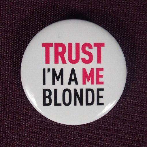 """La revanche des blondes se prépare : portez ce badge pour prouver que toutes les blondes ne sont pas """"idiotes"""" !"""