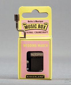 Une boîte à musique à l'ancienne jouant la mélodie de la marche nuptiale lorsque l'on tourne la manivelle.