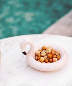 Ce bol flamant rose en céramique sera parfait pour ajouter une touche tropicale à vos apéritifs !