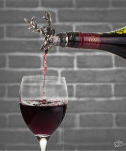 Ne laissez plus la moindre goutte de vin vous échapper avec ce bouchon verseur à l'effigie d'un cerf majestueux