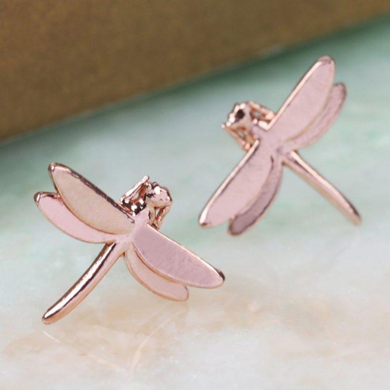 Ces boucles d'oreilles libellules or rose sauront séduire toutes les femmes passionnées de nature et qui souhaitent un look élégant ! Voilà de quoi ajouter une belle touche finale à votre style !