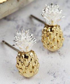 Ajoutez une touche exotique à votre look avec une paire de boucles d'oreilles or et argent. Idéales pour tous les passionnés des ananas !