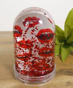 Offrez une belle boule à neige en plastique rempli de cœurs rouges à votre âme soeur. Elle pourra mettre deux photos à l'intérieur.