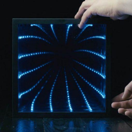 Jouez jusqu'au bout de la nuit avec les lumières avant de laisser les LED redevenir de simple miroir à l'aube