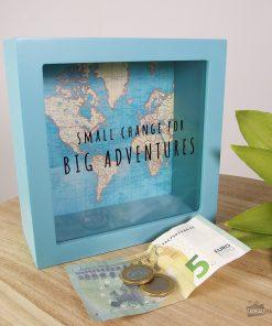 Cette tirelire mappemonde en MDF et en verre sera idéale pour servir de cagnotte pour payer vos prochains voyages !