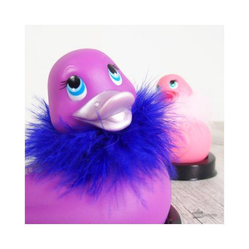 Le célèbre canard vibrant I Rub My Duckie dans sa version à plumes avec un strass Swarovski et un petit boa autour du cou.
