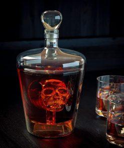 Une élégante carafe en verre avec une tête de mort en son centre