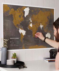 Cette carte du monde à gratter en français sera parfaite pour tous les voyageurs qui adorent s'évader et voyager divers pays ! Voilà de quoi exposer toutes ses conquêtes !
