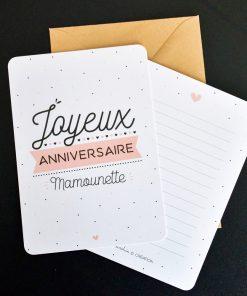 Souhaitez un merveilleux anniversaire à votre mère avec cette jolie carte ! Ecrivez votre doux message et offrez-lui dans l'enveloppe kraft. Voilà de quoi la combler de joie !