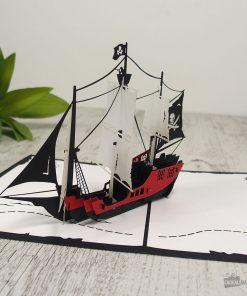 Cette carte pop-up 3D bateau de pirate sera parfaite pour impressionner le destinataire ! Vous pouvez l'offrir pour un anniversaire ou vous en servir pour une chasse aux trésors... !