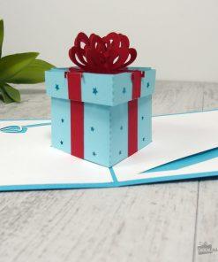 Cette carte pop-up cadeau sera idéale pour écrire un joli mot doux pour un anniversaire homme/femme/enfant. Un cadeau sortira de la carte pour surprendre le ou la destinataire !