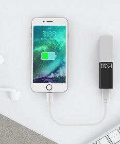 Petit chargeur cubique de couleur qui vous suivra toute la journée pour ne pas tomber en panne de batterie