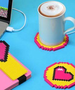 Ce chauffe-tasse cœur pixel sera idéal pour maintenir votre boisson au chaud durant votre travail. Branchez-le avec le câble USB inclus sur l'ordinateur et posez votre tasse.