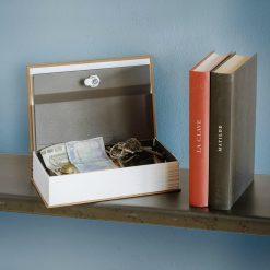 Un coffre-fort dictionnaire qui renferme bien des secrets : un coffre fort très solide fermé à clés y est dissimulé à l'intérieur.