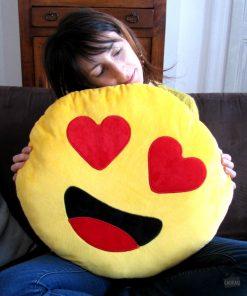 Serrez fort cet énorme coussin tout doux et tout jaune contre vous. Les coeurs de ses yeux vous réchaufferont le coeur.