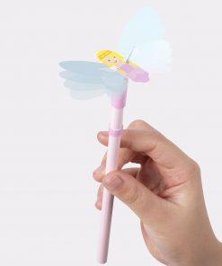 Ce crayon fée animée sera parfait pour écrire tous vos petits messages et pour dessiner avec une touche de magie ! Voilà de quoi plaire à toutes les petites filles ! La fée peut bouger ses ailes si vous l'aider !