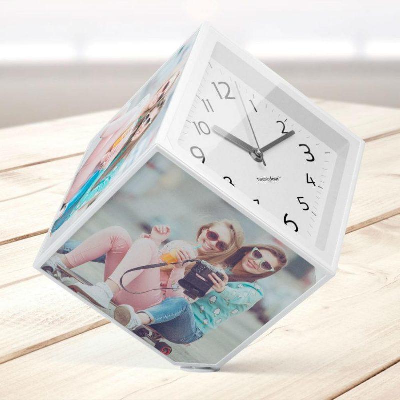Placez de jolies photos sur ce cube rotatif ! Votre réveil sera à votre image et forcément