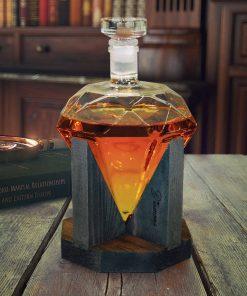 Décantez votre whisky dans un beau diamant ! Parfait pour les amateurs de whisky Ajoutez une belle déco dans votre salon ! En verre et en bois