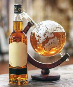 Ce décanteur globe vintage sera parfait pour décanter votre Whisky avec classe ! Ajoutez une belle pièce dans votre salon rempli de votre alcool préféré. Parfait pour un amateur de voyage et de Whisky !