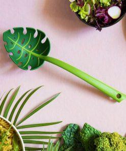 Cet écumoire monstera en nylon sera parfait pour servir vos plats avec classe et originalité !