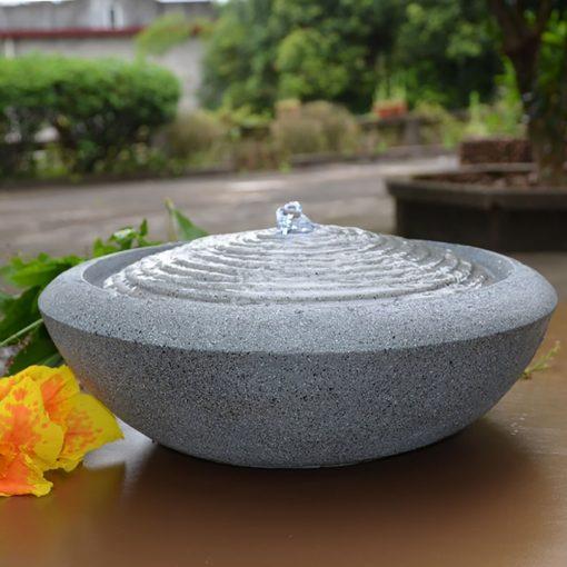 Cette fontaine en résine sera parfaite pour ajouter une déco zen chez vous ! Elle s'écoule à 360° avec un mouvement relaxant. Se branche sur une prise secteur.