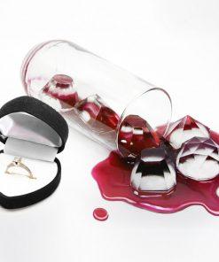 Préparez 6 glaçons en diamants dans un joli moule en plastique souple ! Vos boissons seront brillantes et vaudront de l'or avec ces glaçons à l'intérieur.