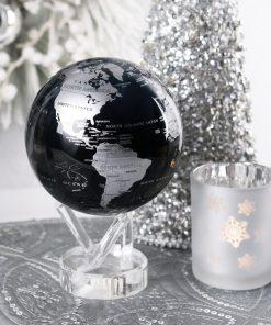 Décorez votre intérieur de manière futuriste et chic avec ce globe noir et argent.