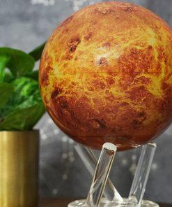 Partez à la découverte de la deuxième planète du système solaire avec ce globe Mova représentant la belle Venus.
