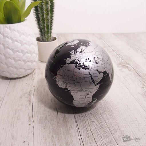 Admirez pendant des heures ce globe noir et argenté tourner à 360° sur votre bureau !