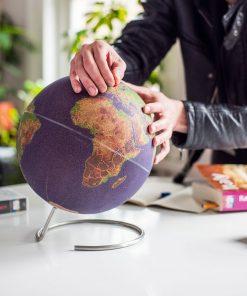 Ce grand globe coloré en liège sera idéal pour épingler les destinations de vos rêves !