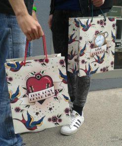 Soyez à la mode pendant votre shopping ou offrez un cadeau dans un joli sac qui résistera à toutes vos aventures.
