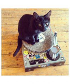 Donnez enfin à votre chat un instrument à la mesure de son talent. Cette platine grattoir pou chat DJ lui permettra de se faire les griffes avec style !