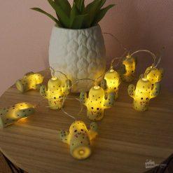 Ajoutez une guirlande remplie de cactus en polyrésine dans la chambre de bébé ! Les cactus lumineux sauront apaiser votre bébé ou votre enfant pour dormir paisiblement.
