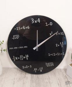 Cette horloge mathématiques séduira les matheux et les amateurs de calcul mental qui devront déchiffrer les formules afin de découvrir l'heure.