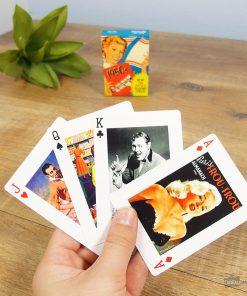Ce jeu de 54 cartes conviendra parfaitement aux petits et grands joueurs de cartes ! Si vous aimez les années 50 voilà de quoi vous rappeler de nombreux souvenirs sur ces belles années ! Chaque carte possède un visuel différent.