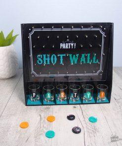 Ce jeu à boire sera parfait pour ajouter une activité fun et originale à votre soirée ! Ce cadeau saura plaire à une personne qui adore organiser des apéritifs et des fêtes chez elle ! Voilà de quoi mettre une folle ambiance !