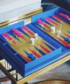 Ce jeu de backgammon sera parfait pour défier un adversaire sur un sublime plateau de verre ! Le but du jeu est de sortir tous ses jetons en premier ! Mettez en place une belle stratégie afin de gagner la partie.