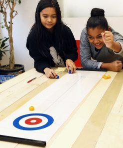 Ce jeu de curling de table plaira aux petits et grands enfants ! Voilà de quoi plaire à toute la famille ! Glissez les pierres et marquez le plus de points pour gagner la partie !