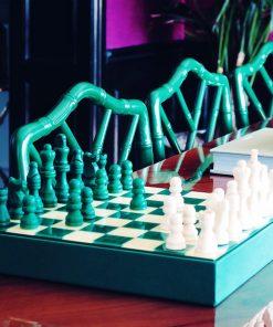 Mettez au point votre stratégie et défiez un proche au jeu d'échecs ! Voilà de quoi jouer avec classe et style sur un sublime plateau avec de belles pièces !