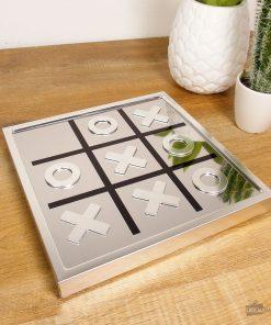 Jouez au morpion sur un plateau magnétique ! Les pièces elles-mêmes magnétiques ne seront jamais perdues et resteront toujours sur le plateau.